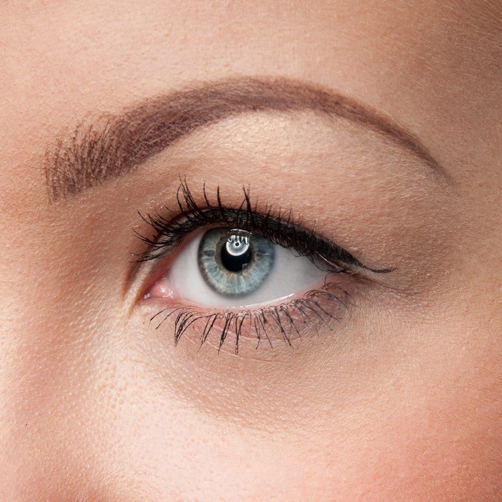 女性光滑的眼睛